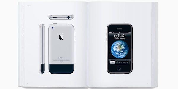 Designed by Apple in California. Σκληρόδετο βιβλίο με 450 ιστορικές φωτογραφίες προϊόντων, προς τιμήν του Steve Jobs
